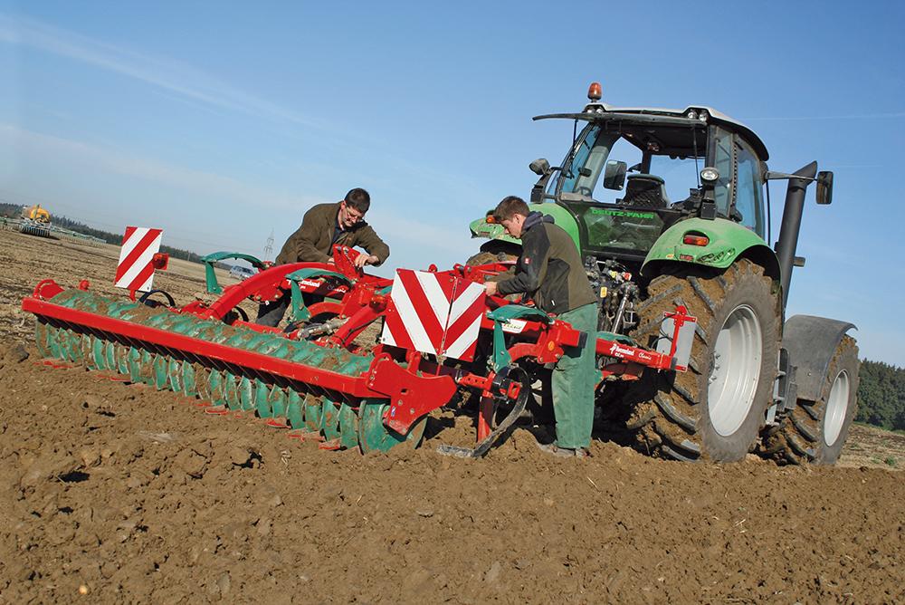 Een vlotte driebaner cultivator getest - Agri Trader test jaarboek - (1a)