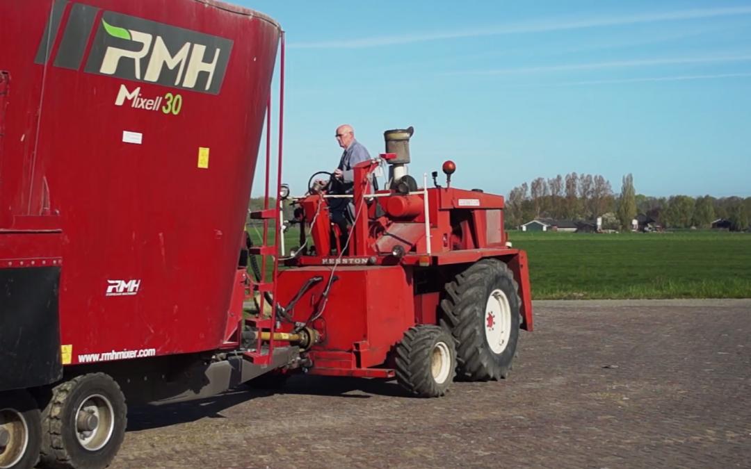 Koeien voeren met een omgebouwde Hesston hakselaar – AgriTraderTV #41