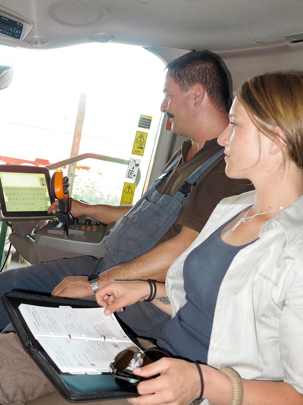 de maaidorser stuurt de transportcombinatie - Agri Trader Test Jaarboek - (6)
